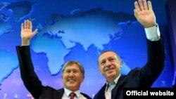 Мурдагы президент Алмазбек Атамбаев менен Түркиянын мамлекет башчысы Режеп Тайып Эрдоган. 1-октябрь, 2012-жыл