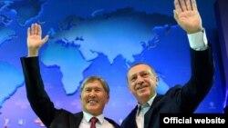 Президент Алмазбек Атамбаев менен Түркиянын мамлекет башчысы Режеп Тайып Эрдоган. 1-октябрь, 2012-жыл