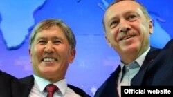 Президент Кыргызстана Алмазбек Атамбаев (слева) и Реджеп Тайип Эрдоган в бытность премьер-министром Турции.