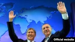 Кыргыз президенти Алмазбек Атамбаев менен түрк президенти Режеп Тайып Эрдоган.
