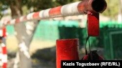 Штаб жанындағы көлік тұрағының шлагбаумы. Алматы облысы, Үшарал шекара жасағының әскери бөлімі, 9 маусым 2012 жыл.