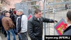 Люди у дверей военкомата, архивное фото