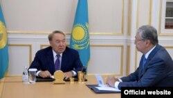 Президент Казахстана Нурсултан Назарбаев (слева) со спикером сената парламента Касым-Жомартом Токаевым. Астана, 15 августа 2018 года.