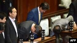 Прем'єр-міністр Японії Сіндзо Абе кланяється після голосування за суперечливі законопроекти в парламенті в Токіо, 16 липня 2015 року