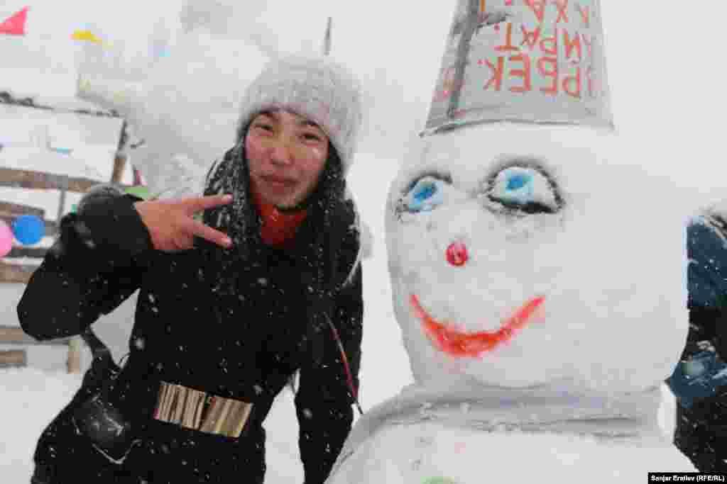 Посетившие фестиваль дети соревновались в лепке снеговиков. Авторы лучших получили призы от спонсоров.