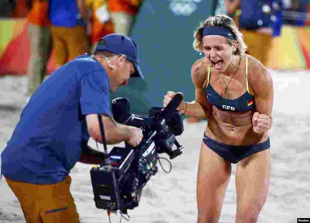 Немка Лаура Людвиг радуется победе в финальном матче по пляжному волейболу, 18 августа 2016 года