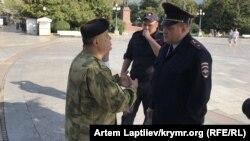 Овсеп Мінасян (ліворуч) і представник російської поліції (праворуч)