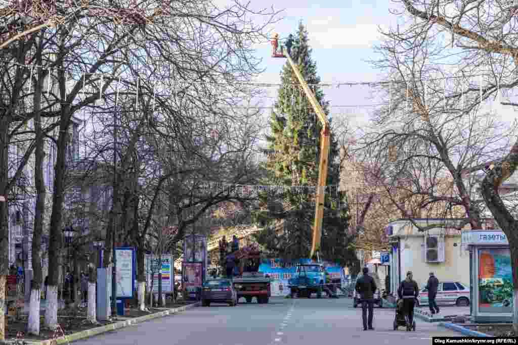 Украшение ели, которую привезли из Устюга, Вологодской области России. Ее установили на пересечении улиц Пушкина и Горького.