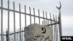 На старом кладбище в Семее. 20 мая 2010 года.