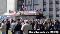 Люди перед зданием областной администрации. Донецк, 7 апреля 2014 года.