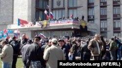 Проросійські активісти біля будівлі Донецької ОДА, 7 квітня 2014 року