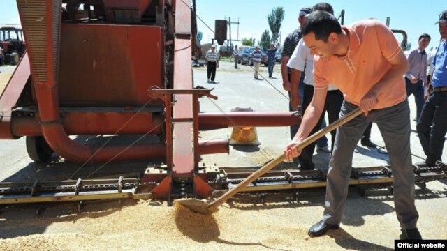 Өкмөт башчы Өмүрбек Бабанов Ысык-Көл облусундагы иш сапары учурунда, 10-август.