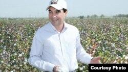 "Prezident G.Berdimuhamedow pagta meýdanynda. Durun daýhan birleşigi, 19-njy sentýabr, 2014. ""Türkmenistan: Altyn asyr"" saýtynyň suraty."