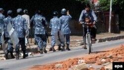 Полиция на улицах Катманду следит за соблюдением комендантского часа