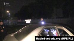 Охорона обшукує автомобіль знімальної групи «Схем»
