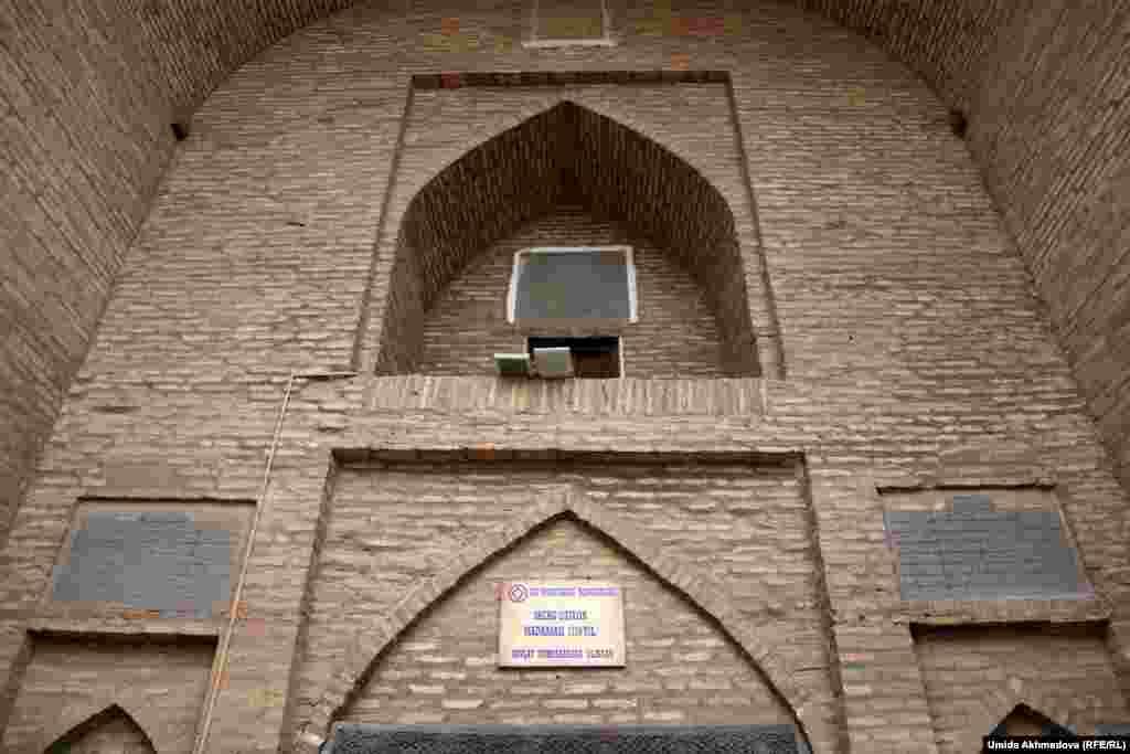 """Серғазы хан медресесінің кіре беріс маңдайы. Бұл тарихи орынды кезінде """"Ғалымдар үйі"""" деп те атаған."""