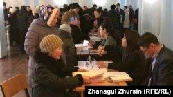 Многодетные матери, пришедшие на встречу с чиновниками.