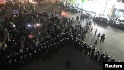 قوات مكافحة الشغب المصرية تقف أمام محتجين قبل إستقالة النائب العام