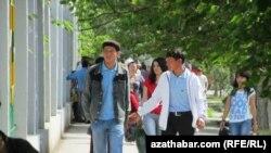 Türkmenistanda korrupsiýanyň ösmegi, hukuksyzlyk, işsizlik jenaýatçylygyň ösmegine getirdi diýip, bilermenler çaklaýarlar.