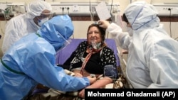 د تهران په یوه روغتون کې په کرونا ویروس اخته مېرمن تر درملنې لاندې ده.