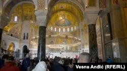 Građani čekaju u redovima kako bi unutar hrama odali poštu patrijarhu Irineju