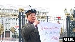 Топчубек Тургуналиев Өкмөт үйүнүн алдында Аксы окуясын эскерген реквием акциясында.