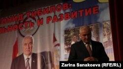 На собрании инициативных групп у Леонида Тибилова присутствовал представитель администрации российского президента. Фото Зарины Санакоевой