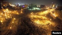 Полиция Тахрир аянтын демонстранттардан тазалаганга аракет кылды, бирок нааразы эл бир сааттан кийин кайра чогулду. Каир, 20-ноябрь, 2010