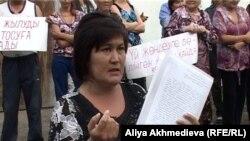 Даметкен Болатбекова, руководитель инициативной группы жителей аварийных домов поселка Карабулак Алматинской области, выступает на акции протеста 19 мая 2011 года.