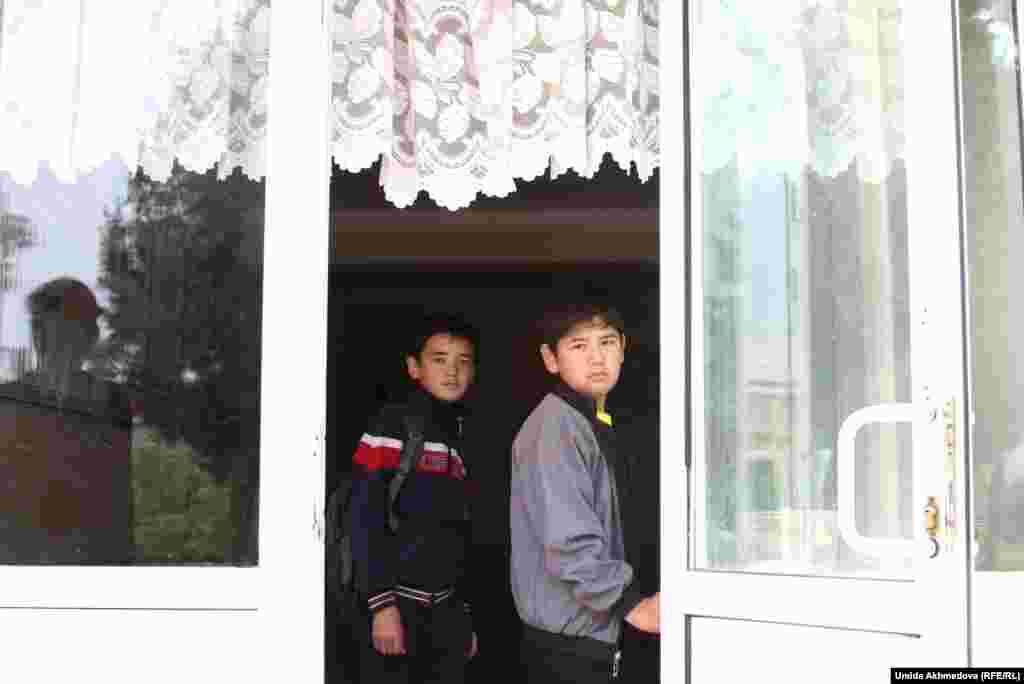 Ученики школы с казахским языком обучения. Ее учителя говорят, что школа теперь смешанная, в ней есть классы и с узбекским языком обучения. Школа находится на улице Кипчак, здесь был казахский аул Кипчак.