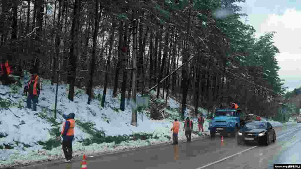 Дорожні служби ліквідують наслідки стихії на Ангарському перевалі.