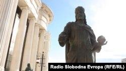 Споменикот на Цар Душан во центарот на Скопје.