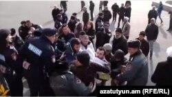 Բախում ոստիկանության և «Նոր Հայաստան»-ի ակտիվիստների միջև, 28-ը դեկտեմբերի, 2015թ.