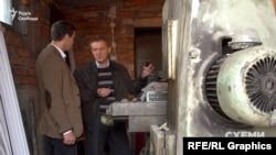 Підприємець Сергій Ющенко, який погодився зустрітися із журналістами, показує склад, куди він відвіз обладнання зі свого цеху