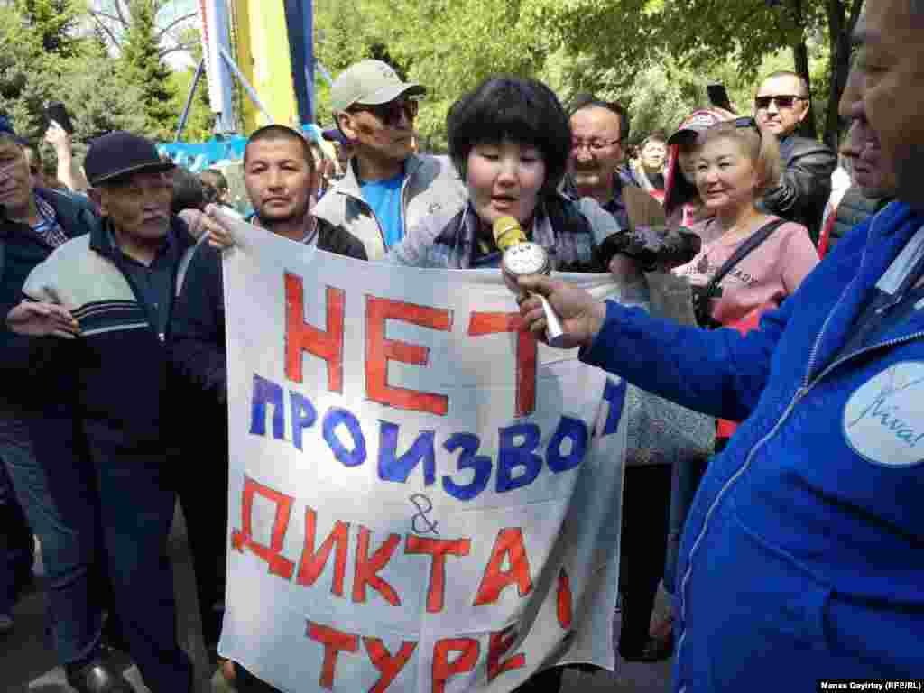 Протестующие с плакатом «Нет произволу диктатуры!». Алматы, 1 мая 2019 года.
