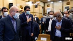 محمدباقر قالیباف (نفر اول از چپ) در کنار مهرداد بذرپاش در مراسم معارفه رئیس و دادستان دیوان محاسبات.