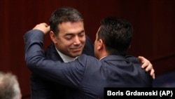 Министерот за надворешни работи Никола Димитров и премиерот Зоран Заев си честитаат по ратификацијата во парламентот