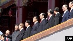 Кітай - Старшыня КНР Сі Цзіньпін (3 зьлева) гутарыць з былым прэзыдэнтам Цзян Цзэмінем (4-й L), побач - прэзыдэнт Паўднёвай Карэі Пак Кын Хе (зьлева), прэзыдэнт Расеі Уладзімер Пуцін (другі зьлева), былы кітайскі прэзыдэнт Ху Цзіньтао (5 л), і кітайскі прэм'ер Лі Кэ