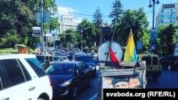 Помнік Жызьнеўскаму пасярэдзіне праезнай часткі вуліцы Грушэўскага