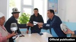 Айтмамат Назаров жана Жазы-Кечүү айылынын тургундары.