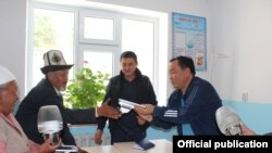 Айтмамат Назаров (оң жакта).