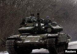 Українські військовослужбовці на танку у Дебальцеві. 16 лютого 2015 року