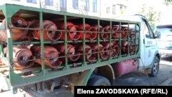 Сжиженный газ в баллонах развозят газовщики всем желающим, но без оплаты баллон никто не доставит