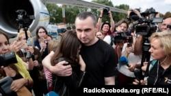 Режиссер Олег Сенцов в аэропорту Борисполь после обмена