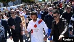 Актёр Жерард Батлер олимп факелин көтөрүп баратат, Спарта шаары, 13-март 2020-жыл.