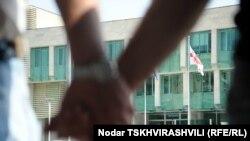 В Грузии продолжаются акции солидарности с задержанными на днях фоторепортерами. На фото: акция журналистов перед зданием МВД