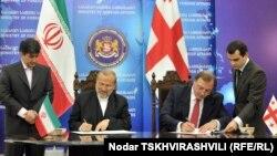 Վրաստանի և Իրանի արտգործնախարարներ Գրիգոլ Վաշաձեն և Մանուչեհր Մոթաքին փաստաթղթեր են ստորագրում Թբիլիսիում, 3-ը նոյեմբերի, 2010թ․