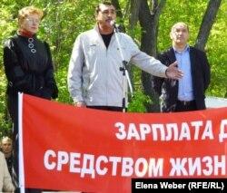 Работник металлургического комбината Юрий Баранов выступает на митинге. Темиртау, 19 мая 2012 года.