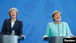 Британиянын премьер-министри Тереза Мэй (солдо), Германиянын канцлери Ангела Меркель Берлинде маалымат жыйын курушту.