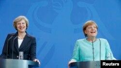 Премьер-министр Великобритании Тереза Мэй (слева) и канцлер Германии Ангела Меркель во время пресс-конференции в Берлине, 20 июля 2016 года.